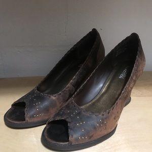 brown leather peep toe wedge w/embellish